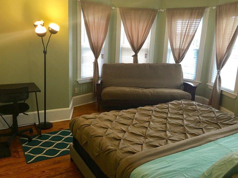 letto king size e un divano letto
