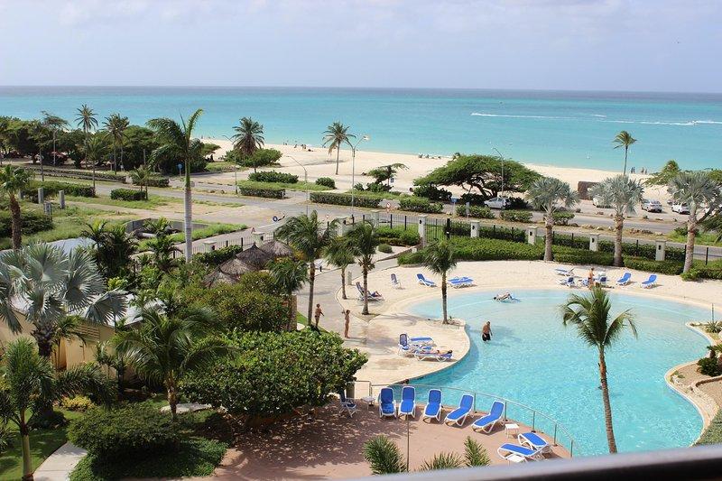 Piscina, la playa, y la vista al mar desde el balcón de nuestro condominio - playa está a pocos pasos