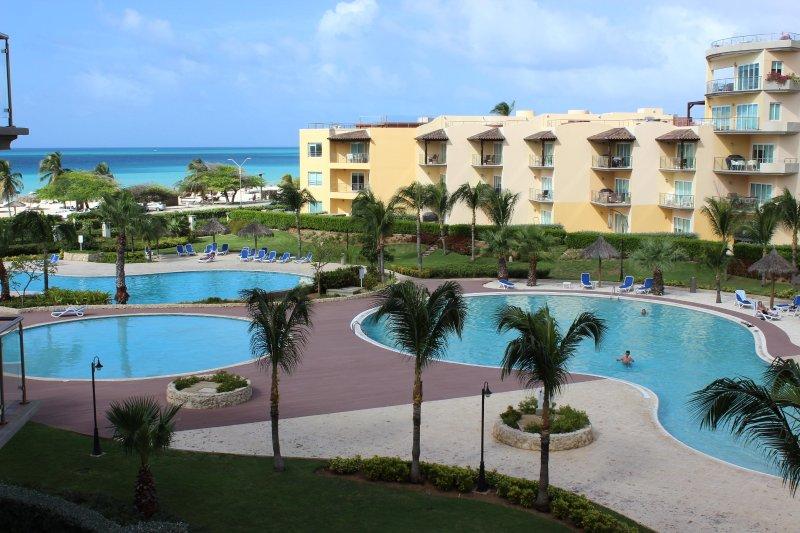 Vista de tres de las cuatro piscinas del complejo Oceanía disposición de nuestros clientes