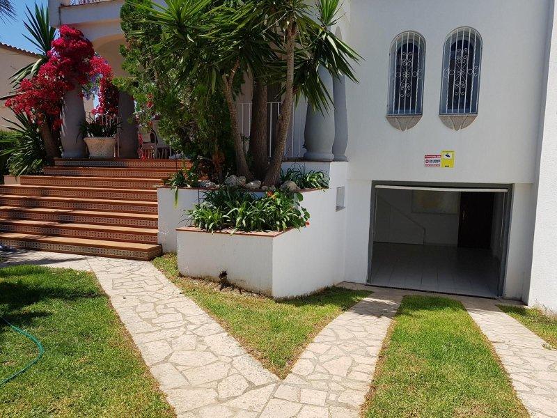 Chalet pareado con piscina y pista de tenis, aluguéis de temporada em Vinaros