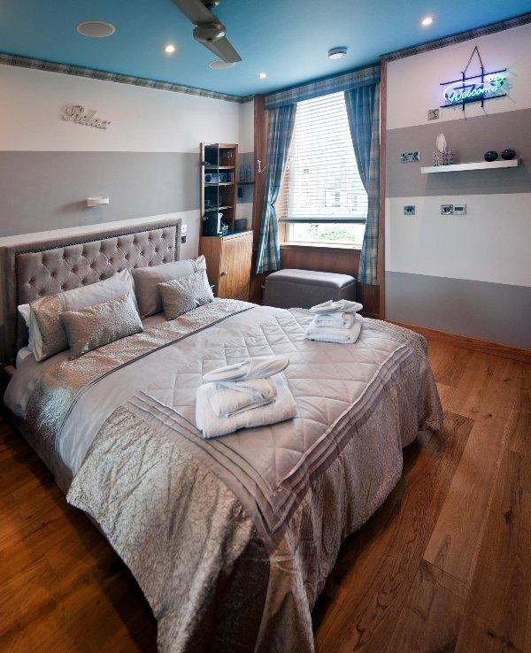 cama confortável com ventilador de teto para dias quentes e piso aquecido para os dias frios!