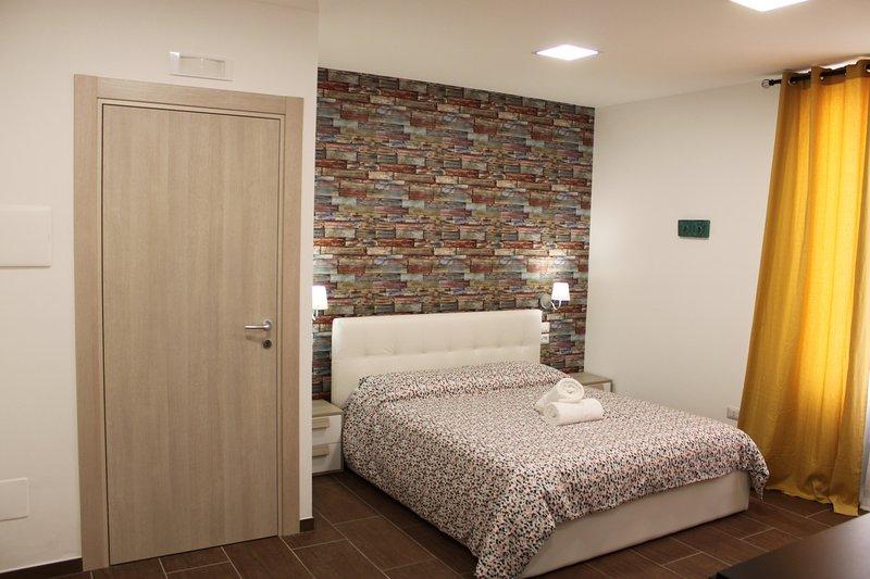 casa vacanze a due passi (monolocale con terrazza), vacation rental in Licodia Eubea