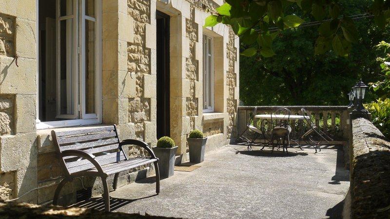 Terraza con vistas pista de petanca con locales de restauración adicionales para aquellos que prefieren la luz del sol
