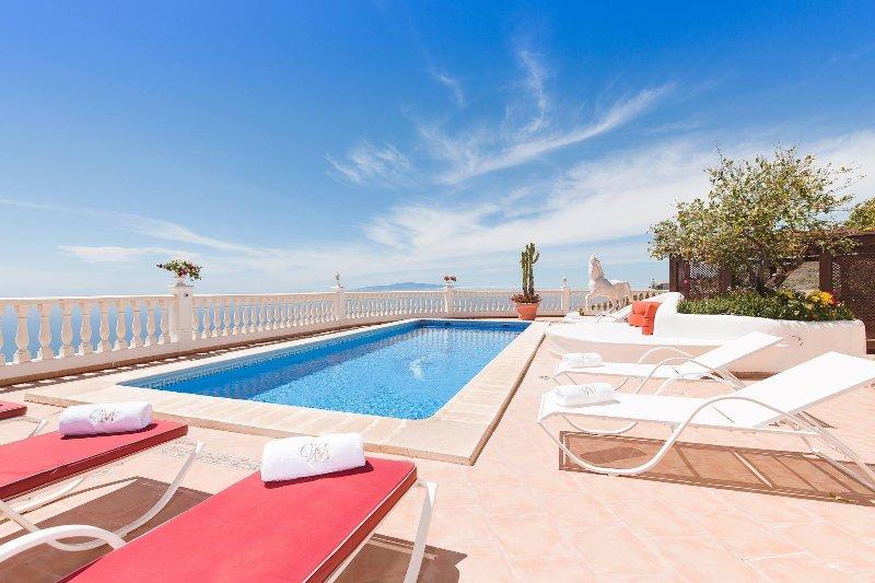 Disfrutar de la gran terraza con vistas a la costa de la isla de Gomera. tumbonas cómodas.