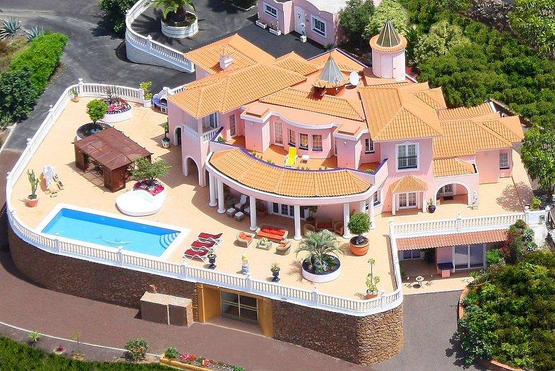 Villa Monaco dal cielo con la sua ampia terrazza e vista panoramica sulla costa e l'oceano.
