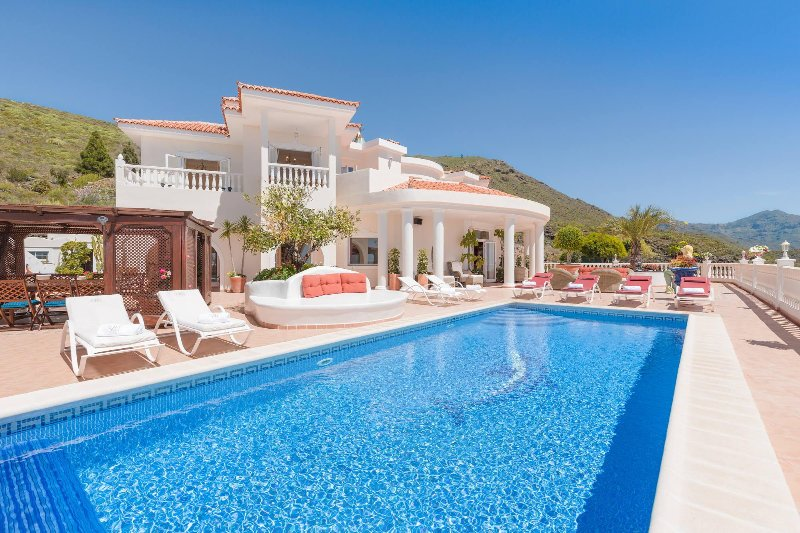 Fabulous Villa Private Heated Private Pool Great Sea Views Cinema Disco Adeje, holiday rental in Barrio Los Menores
