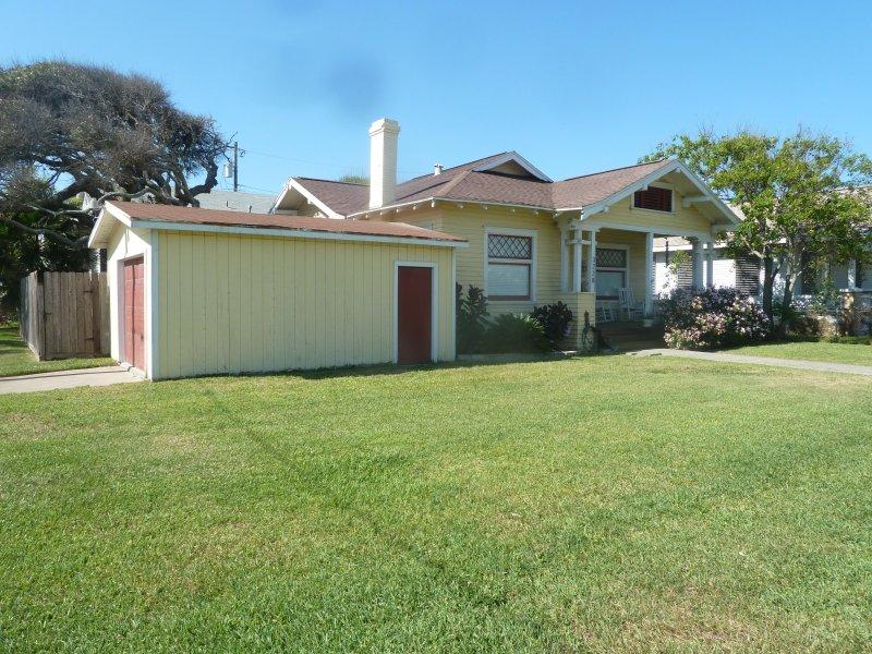 House est situé à Galveston avec une grande cour avant
