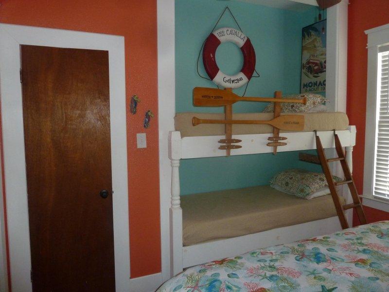 construit adorable dans des lits superposés et salle de bains moitié