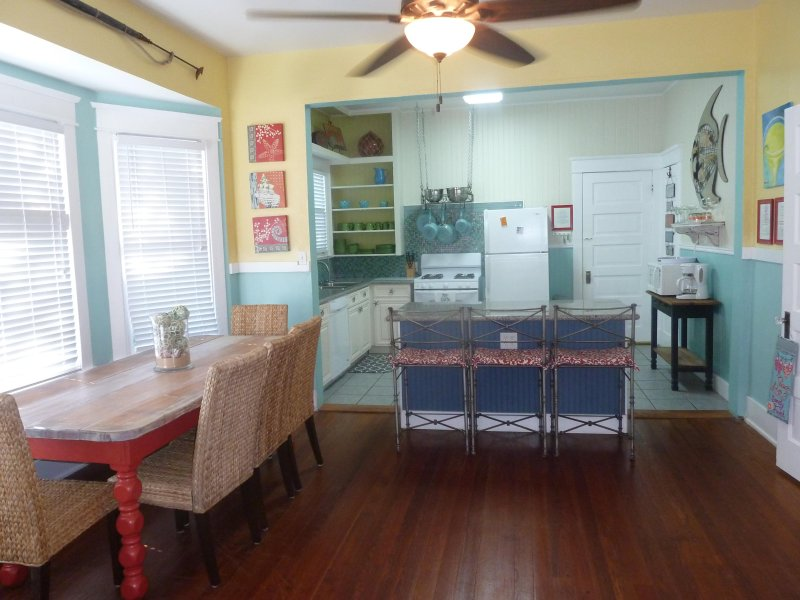 Cuisine et salle à manger avec de nombreux sièges, plan d'étage ouvert avec planchers de bois franc
