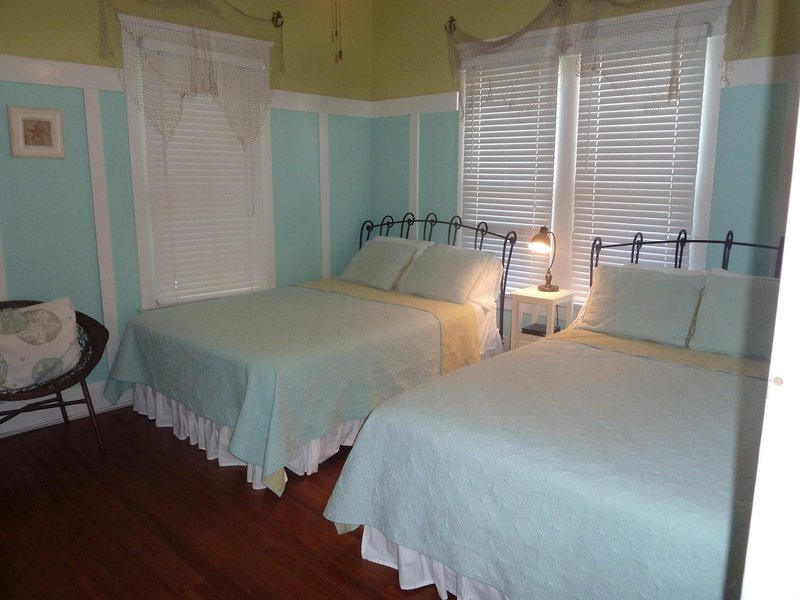 Chambre 2 a deux lits et une télévision dans cette salle
