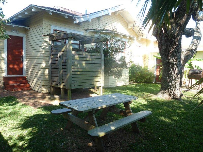 cour spacieuse avec une douche extérieure et une table de pique-nique pour traîner avec famille et amis !!