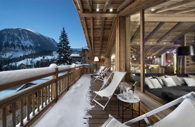 Chalet Or Blanc au coeur de Courchevel Village, authentique et chaleureux, holiday rental in Bozel