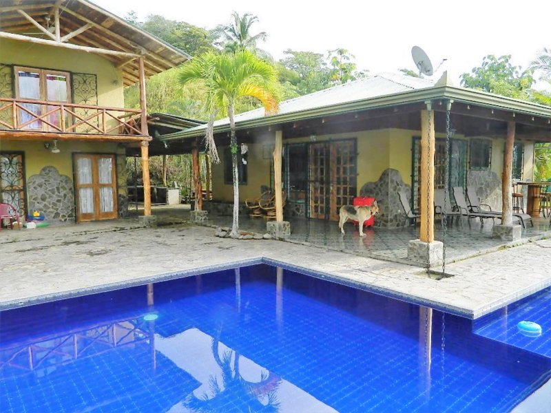 Private Compound w/Pool, 4 Bedrooms, 4 Bathrooms. Great Ocean & Mountain Views!, location de vacances à Playa Hermosa