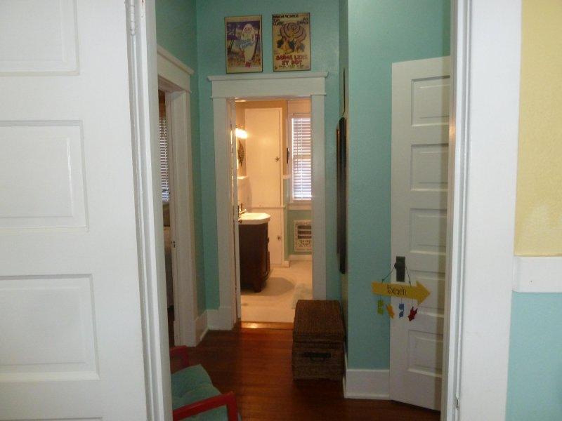 Hall d'entrée et salle de bain complète entre les deux chambres