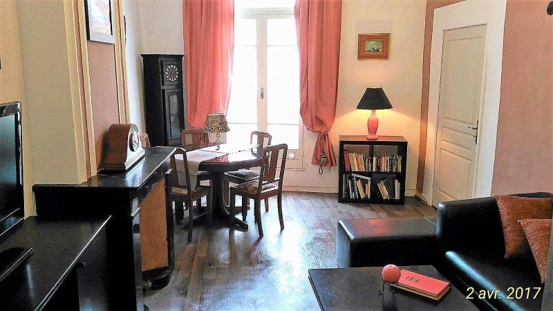 Au Quatre 55m² 2em Etage. appart de 2 chambres centre historique de Pezenas, holiday rental in Lezignan-la-Cebe