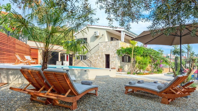 Villa Verandah - mediterranean villa with heated pool, close to the beach, location de vacances à Trogir