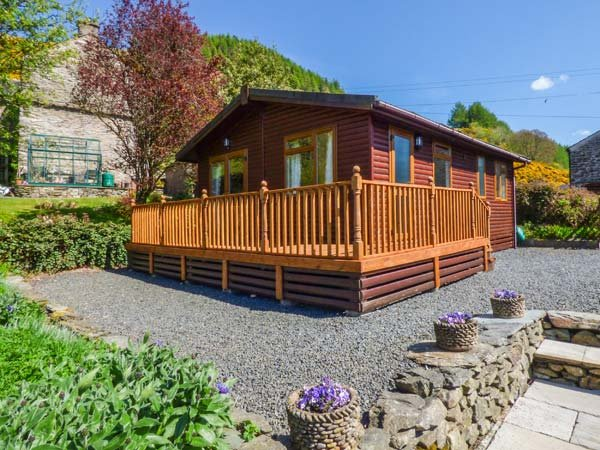 NORTH LODGE, single-storey lodge, two bedrooms, WiFi, parking, near Kendal, Ref, holiday rental in Kendal