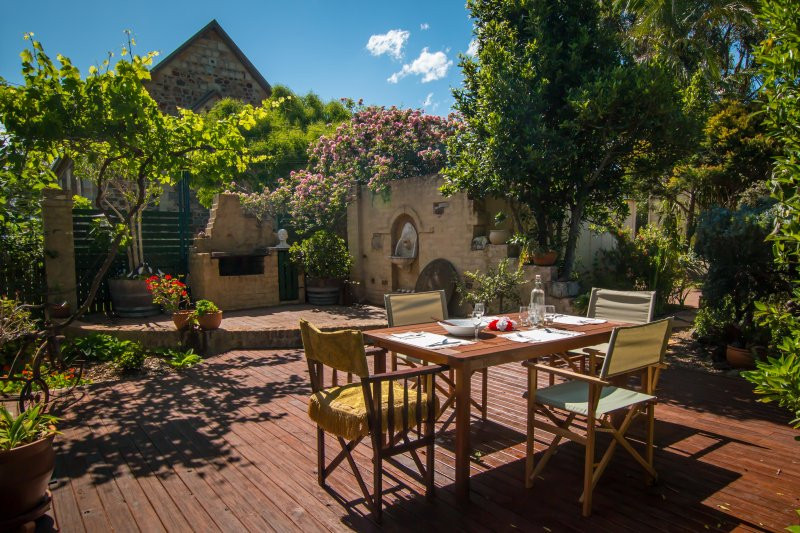 Tuscan styled courtyard - Queen Bee Cottage