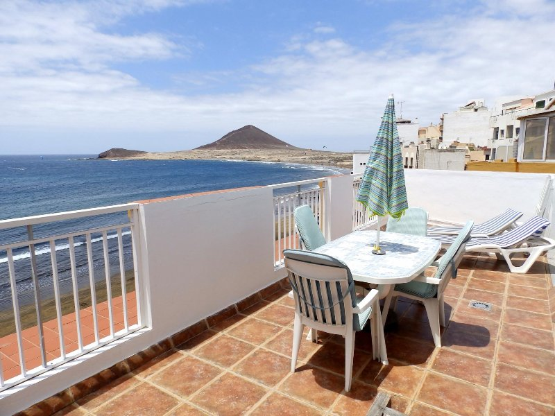 Beautiful beachfront Penthouse with wifi & sat tv, holiday rental in El Medano