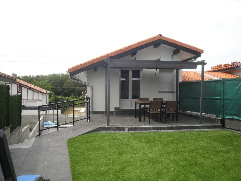 Coqueto Dúplex nuevo a 500 m de la playa, zona de jardín, terraza. Wifi, alquiler vacacional en Hendaya