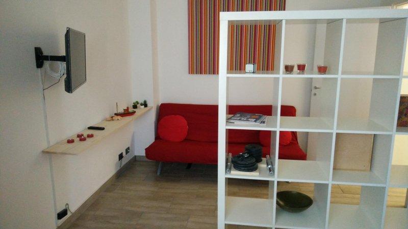 Cozy apartment in front of Naviglio Grande, location de vacances à Corsico