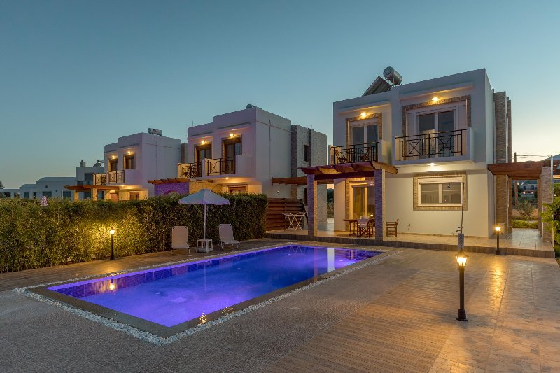 WELCOME TO PETRA VILLAS!!PRIVATE LUXURY ACCOMMODATION 100m from the beach, vacation rental in Gennadi