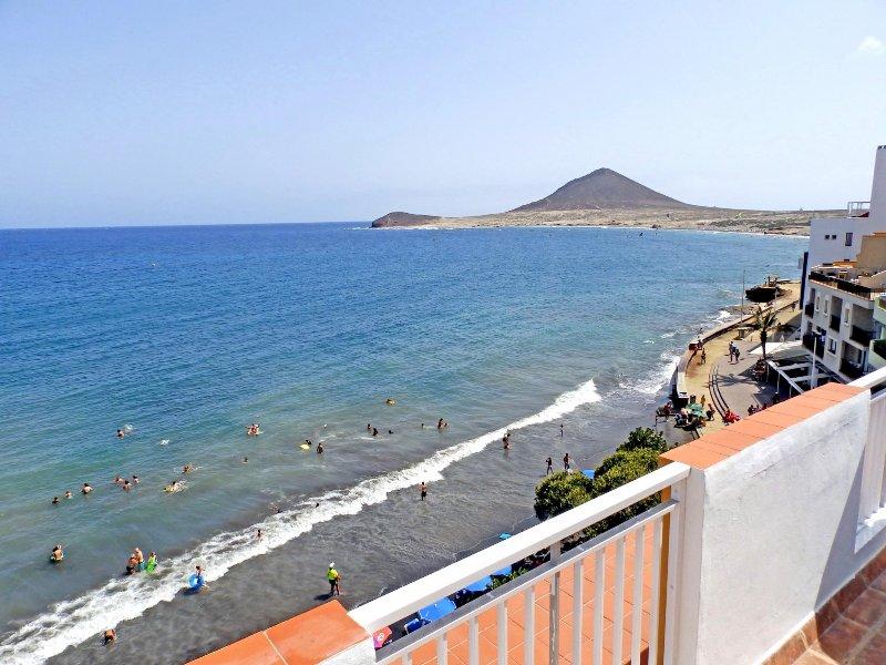 Ático con wifi, sat tv. frente a playa de Medano, holiday rental in El Medano