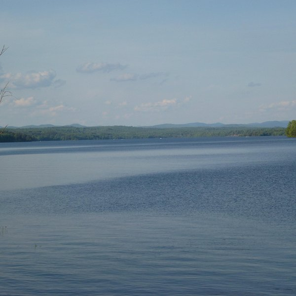 Lago y montañas Adirondack