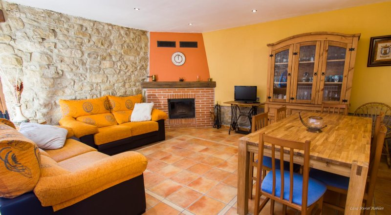 Antigua casa de labradores restaurada en piedra y madera, vacation rental in Falces