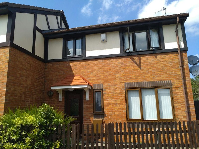 4 BEDROOMS Cosy HOLIDAYS HOUSE Near City Stadium, holiday rental in Mossley