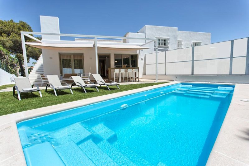 Jazmines II > Private villa walking distance 2 beach & Puerto Banus, vacation rental in Marbella