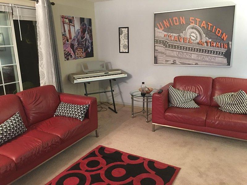 """Unser Wohnzimmer ist mit Ledersofa und Stühlen, ein Klavier und ein 32"""" TV mit Kabeln-und DVD"""