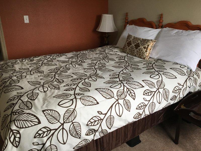 Unsere Orange Zimmer verfügt über ein bequemes Doppelbett, ein Stuhl, und es teilt sich ein Bad.
