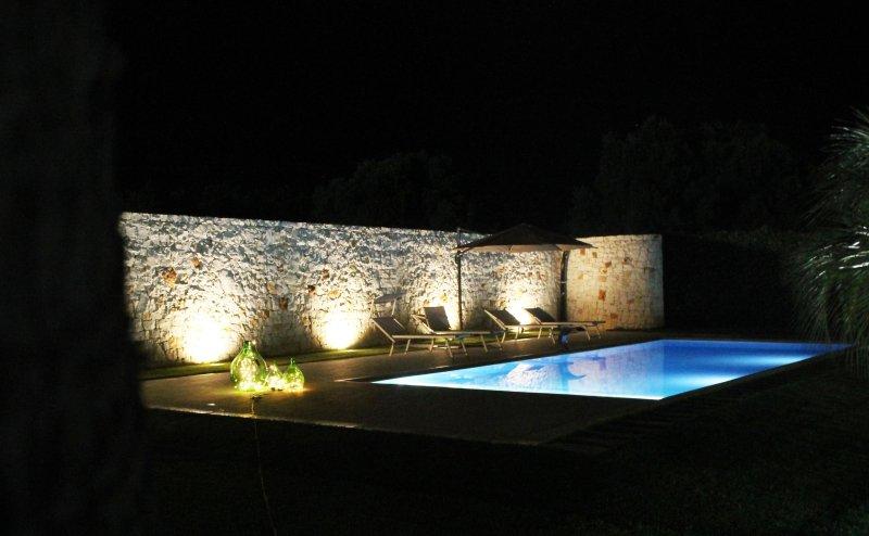 La piscine dans la soirée