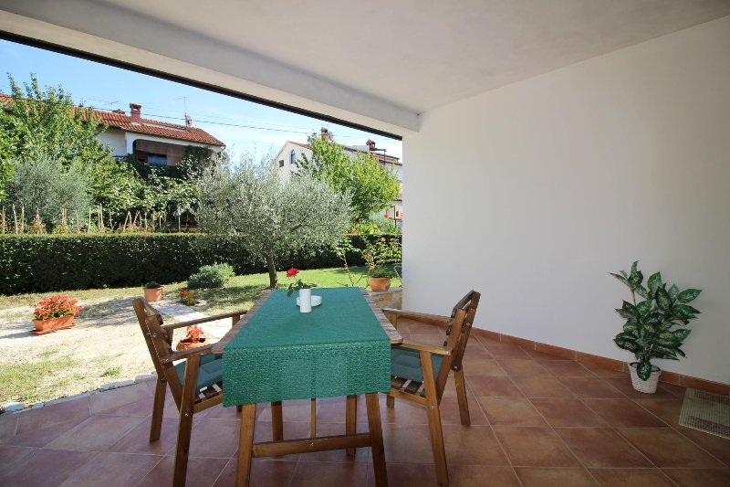 Apartment Garden A2 only 700m from the beach, aluguéis de temporada em Porec