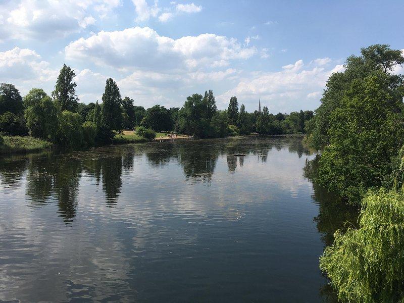 Hyde Park (6 Haltestellen vom Russell Square U) hat die Serpentine See mit Booten und viel zu sehen und zu tun.
