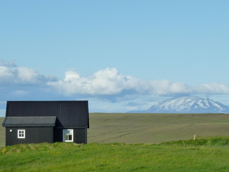 Bjalli cottage with volcano Hekla view, vacation rental in Hella