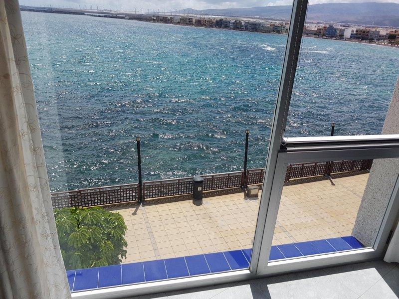 magníficas vistas a partir da janela, observando o mar eo pôr do sol