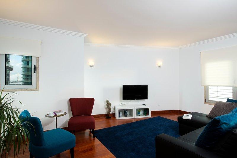 Wohnzimmer mit Klimaanlage und Kabel-TV mit 180 Kanälen.