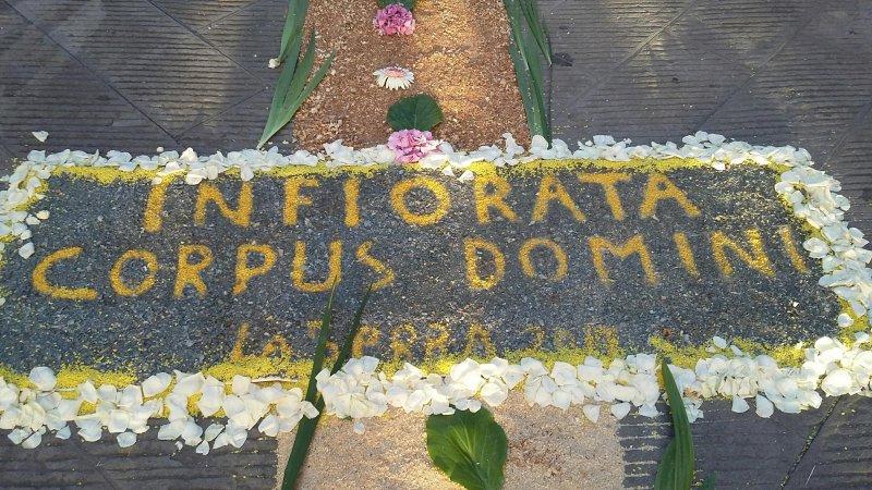 La tradizionale infiorata del Corpus Domini nel centro storico di La Serra