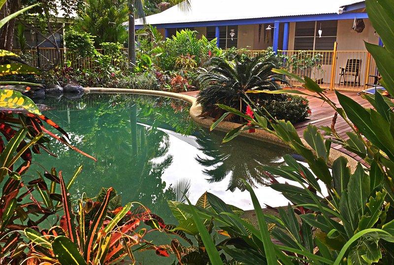piscine d'eau salée privée entourée de jardins tropicaux luxuriants et tout à vous pour profiter.