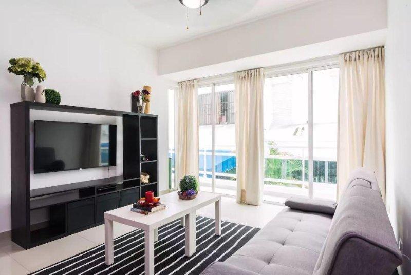A sala de estar vem com uma cozinha aberta totalmente equipada, varanda, área de estar, Smart TV a cabo