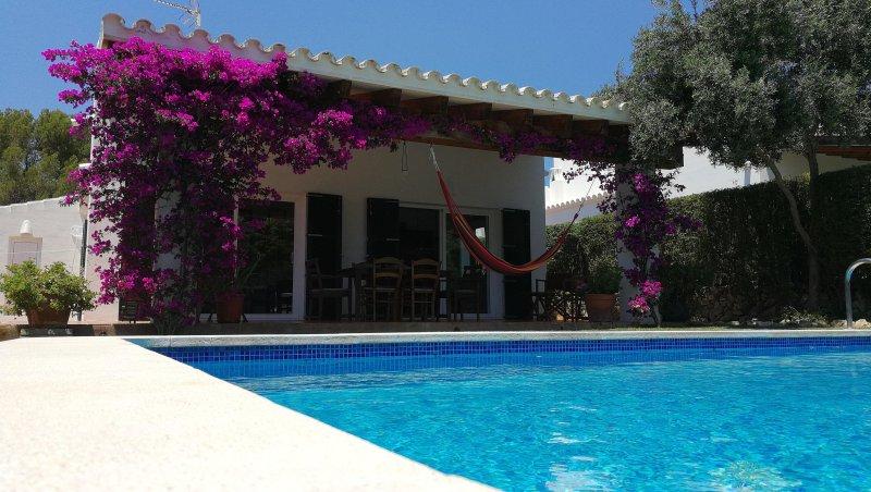Chalet en Biniancolla con piscina y jardín, aluguéis de temporada em Es Castell