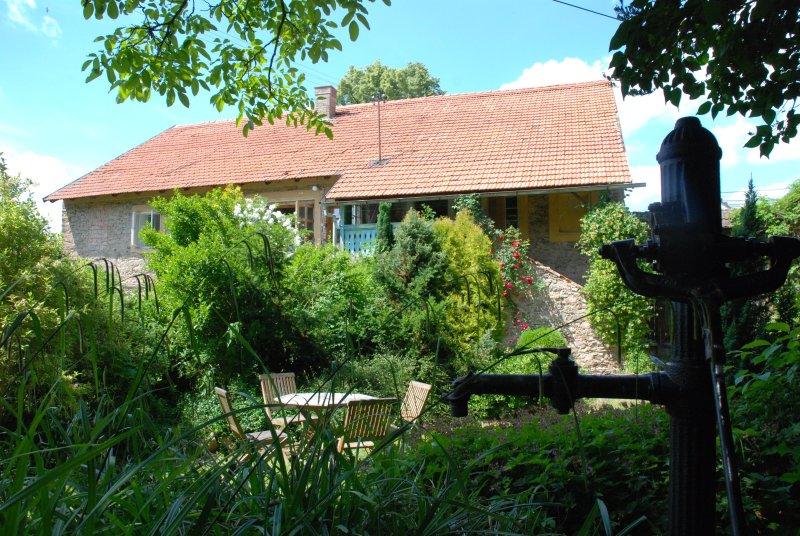Stylish village farmhouse close to Prague in nature paradise run by UK-CZ family, location de vacances à Pysely