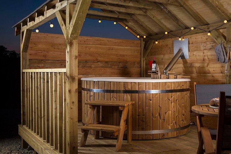 Breng een ontspannen avond kijken naar de start van het hout gestookte hot tub