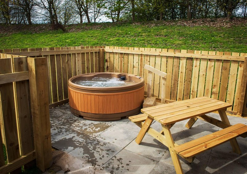 Relax in the private Hot Tub area or dine outside on the picnic bench