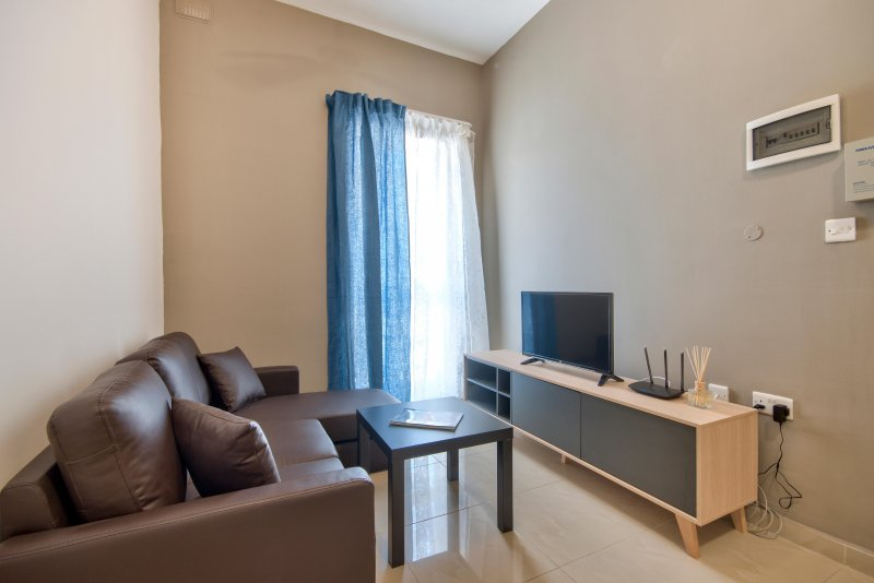 Spacious Gzira Centrally located Apartment, vacation rental in San Gwann