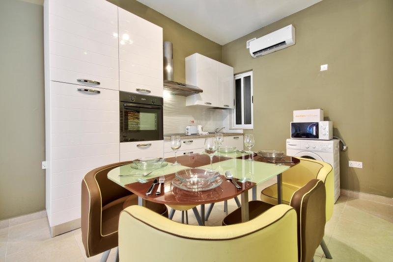Stylish and spacious 3-bedroom Gzira Apartment, location de vacances à Il Gzira
