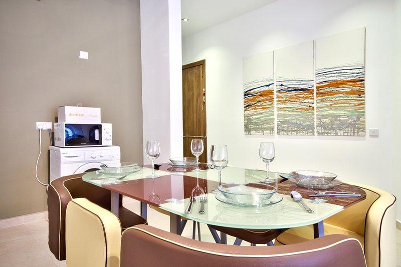 Contemporary and Spacious Gzira 3-bedroom Apartment, location de vacances à Il Gzira