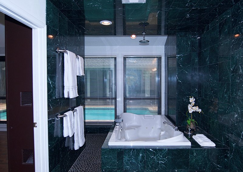 There's that awesome bath tub. Lot's of jets and room for 2